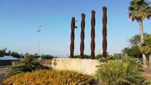 Montgat. Monument a Catalunya. Les quatre barres de la Senyera (bandera catalana)